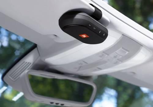 Trip encaixa na viseira do carro e funciona com comandos de voz