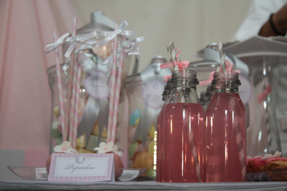 paille rose a rayures et bouteille d'eau rosee