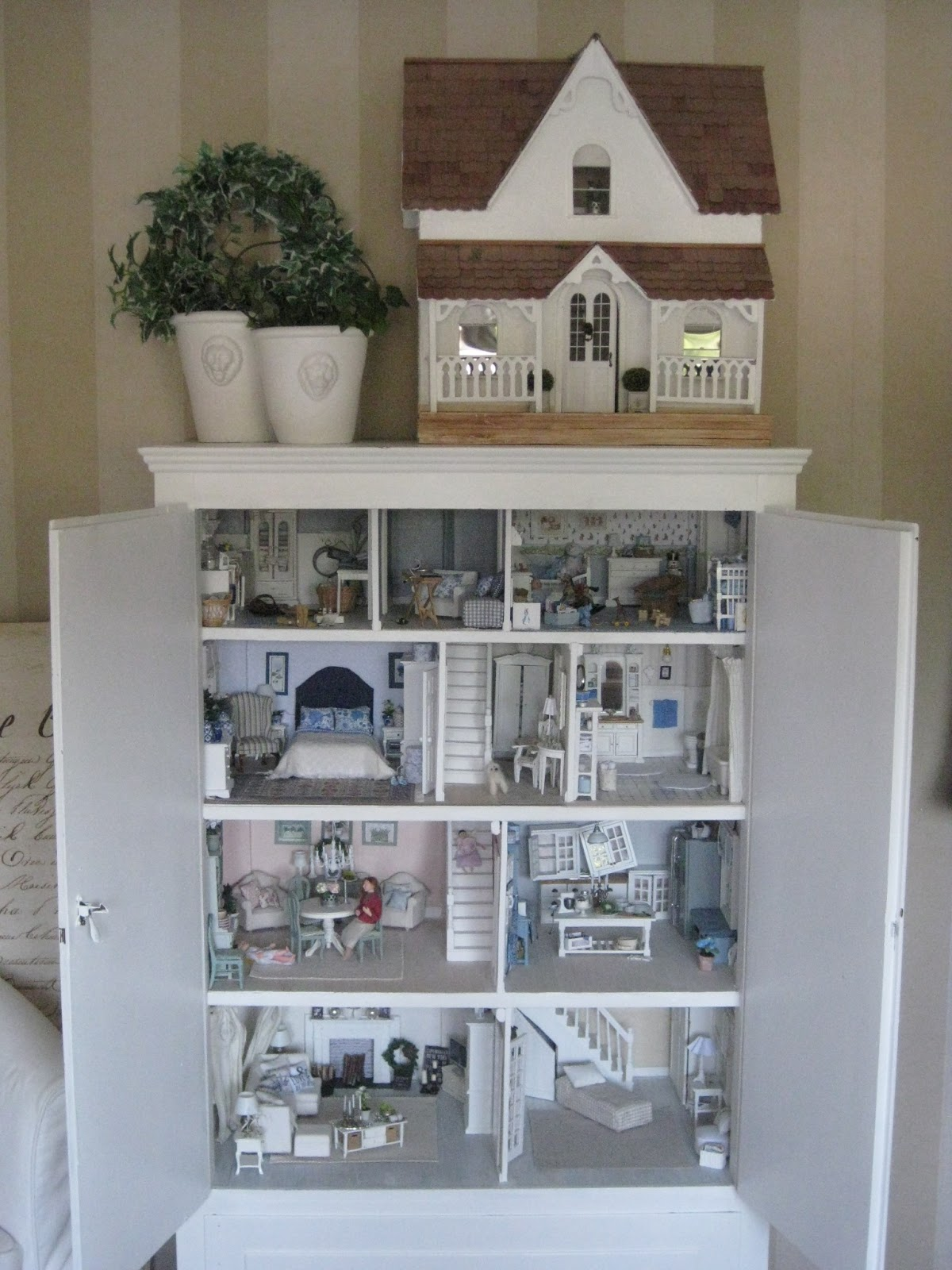 miniatyrmama: The dollhouse cabinet
