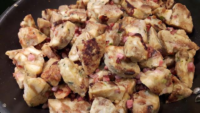 bayerisches Resteessen: Knödelgröstl mit Speck und Käse