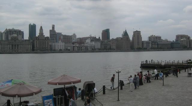Shanghai - Blick auf den Bund von Pudong aus