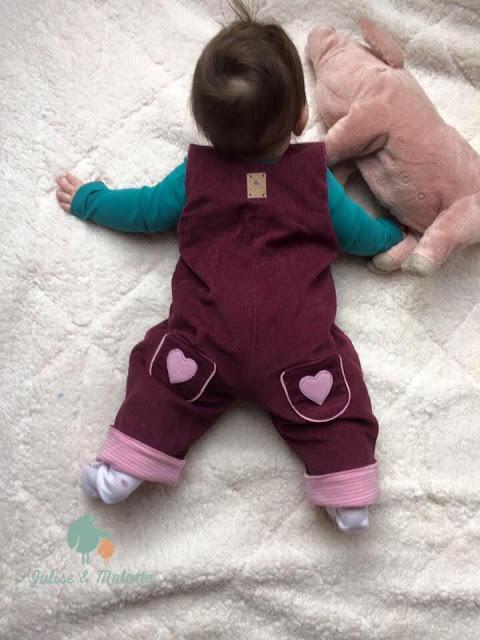 Latzhose für babys aus Cord selbstgenäht