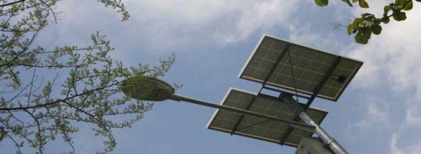 Inovasi lampu jalan tenaga surya di Balongpanggang Gresik