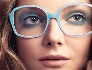 20d58debaa448 óculos de armação colorida e sombra da mesma cor