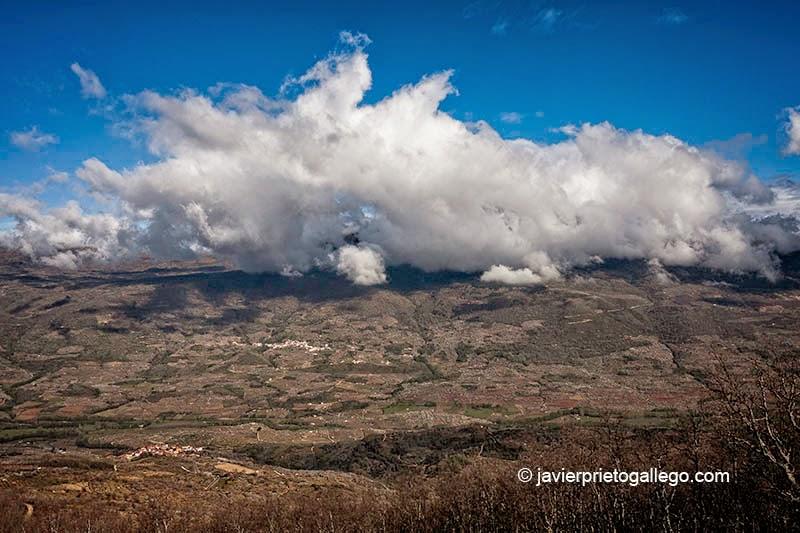 Nubes sobre la localidad de Rebollar. Abajo Valdastillas. Valle del Jerte. Extremadura. España.