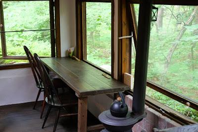 森カフェ たび茶 まきストーブとテーブルと椅子