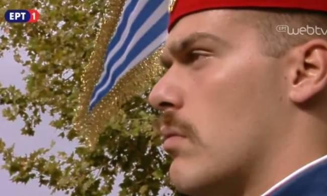 28η Οκτωβρίου: Ο τσολιάς της στρατιωτικής παρέλασης που «γονάτισε» το διαδίκτυο (photo)