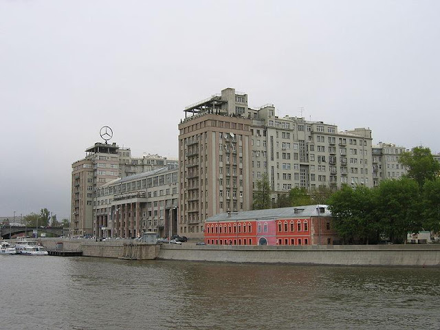 Дом на набережной фото