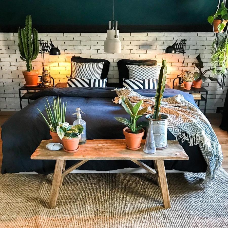 Klimatyczne mieszkanie z industrialnymi elementami, wystrój wnętrz, wnętrza, urządzanie domu, dekoracje wnętrz, aranżacja wnętrz, inspiracje wnętrz,interior design , dom i wnętrze, aranżacja mieszkania, modne wnętrza, styl skandynawski, scandinavian style, boho, styl industrialny, industrial style, styl rustykalny, retro, urban jungle, sypialnia, bedroom, ściana z cegły, biała cegła, łóżko, drewniana ławka