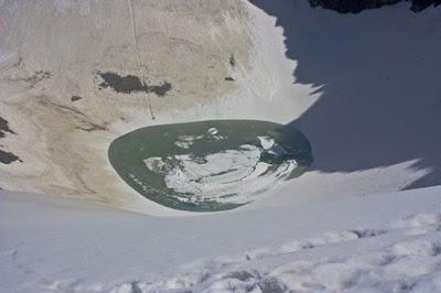 Il lago di Roopkund si trova in fondo ad una piccola valle nell'Himalaya