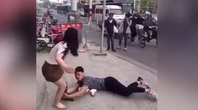 Se arrastra por la calle para que su novia no lo deje