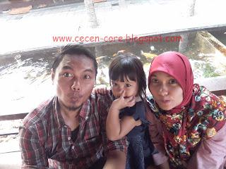Keluarga Arisandy Joan Hardiputra di Taman Santap Rumah Kayu Ancol