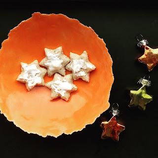 kerstkoekjes op oranje schaaltje