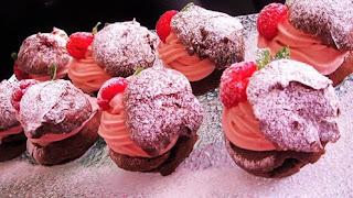 Profiteroli s malinama / Profiteroles with raspberries
