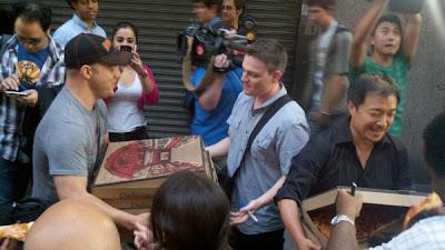 http://2.bp.blogspot.com/-oA3qyfUQWKE/Tl7Oe_9SmZI/AAAAAAAAM3w/Q_zIiHC5TUU/s400/jim+lee+geoff+johns+pizza.jpg