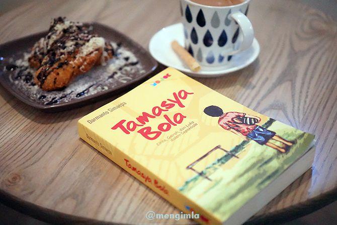 Menyempatkan baca dan foto buku dari penerbit Mojok