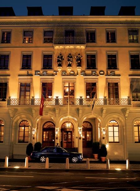 e1376a6952 旅行在當時充滿著許多危險,於是在歐洲許多地方漸漸地出現這類型的客棧,它們中有些至今仍相當著名,例如在瑞士巴賽爾(Basle)的「三王宿舍」(Auberge  des Trois ...