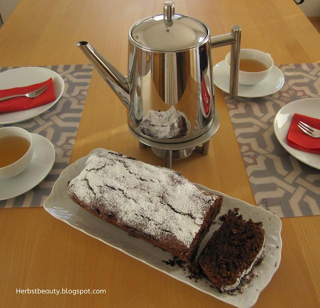 Schokoladenkuchen mit Tee