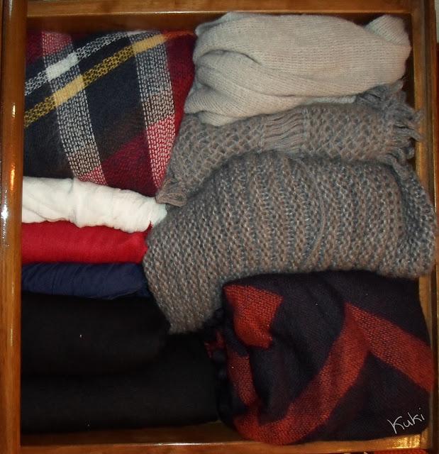 organização de cachecóis, guarda-roupa