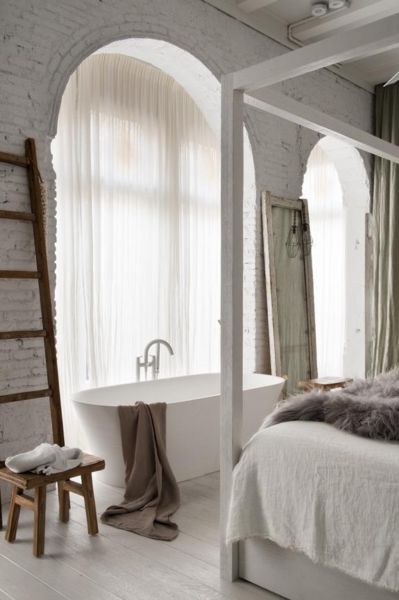 escalera madera decorativa bañera exenta pared ladrillo visto decoracion nordica estilo nordico dormitorio ventanales ventanas industriales interiorismo barcelona alquimia deco