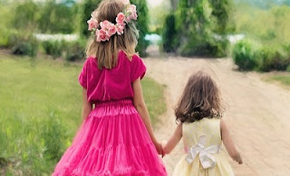 Bambine mano nella mano