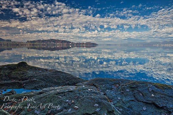 Wolken spiegeln sich im Zugersee