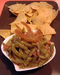 Foto de ensalada de nopal y tomate con totopos