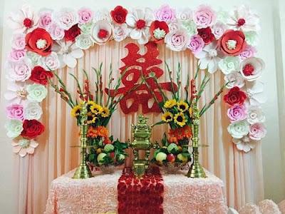 Cắm hoa trang trí bàn thờ là điều nên làm trong ngày cưới