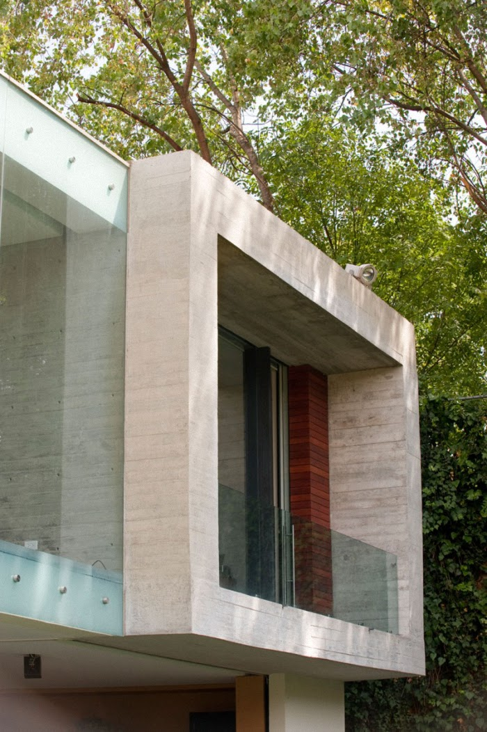 Hogares frescos casa v por serrano monjaraz arquitectos - Casas de cemento y madera ...