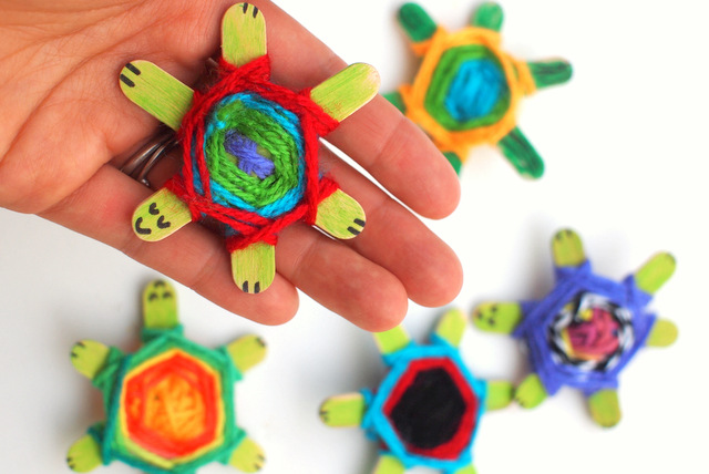how to weave adorable popsicle stick turtles- Great summer kids craft!