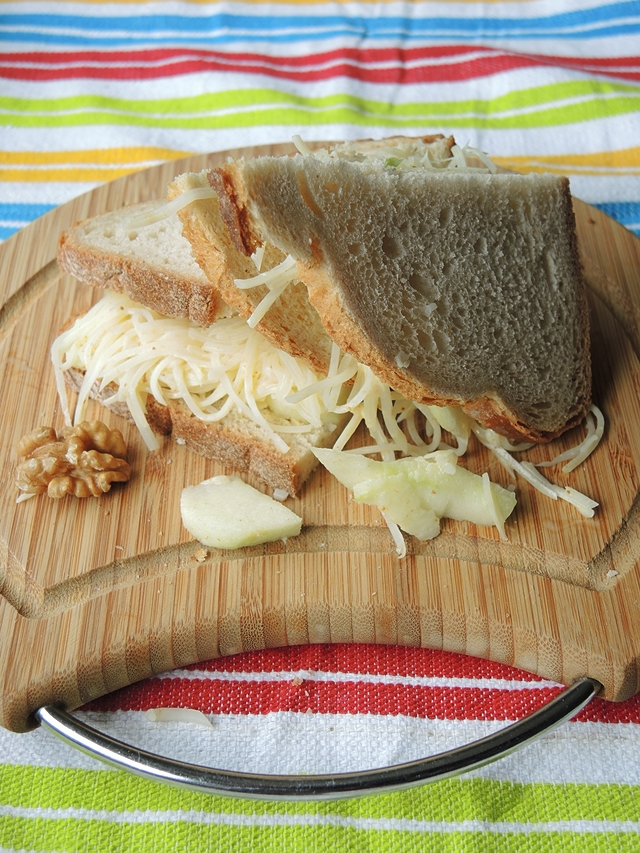 lekker en gezond recept voor boterham met appel, knolseldersla met curry en walnootjes