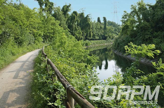 Pista ciclabile lungo il canale Villoresi immersa nella natura.