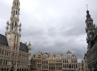 Vista de la Grand Place de Bruselas, al caer la tarde