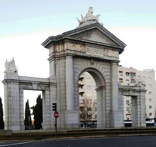 Cara interior del monumento, realizado en granito gris claro.