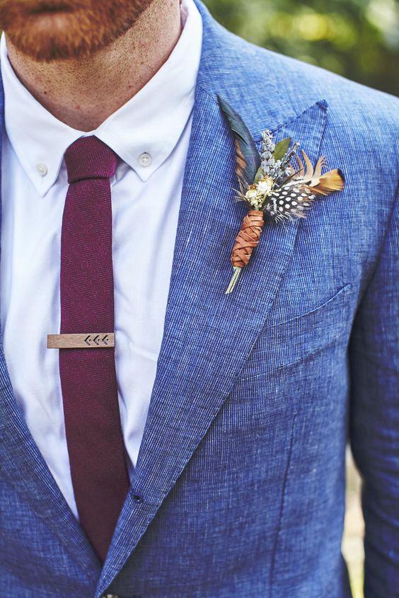 Un broche boho chic hecho de plumas y tira de cuero, ideal para una boda bohemia
