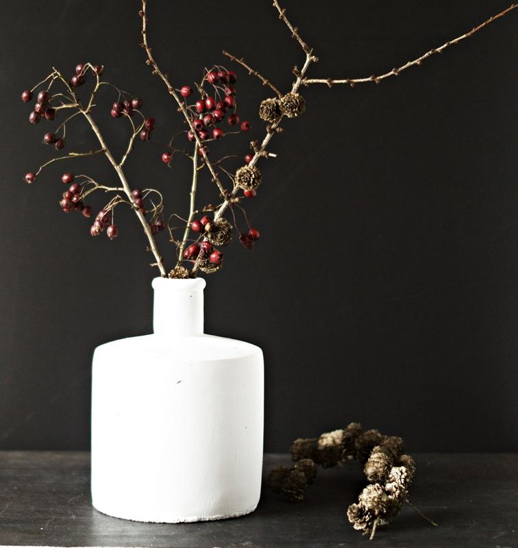 Blog + Fotografie by it's me! - weiße Steingutvase mit Zweigen und einem Lärchenzweig