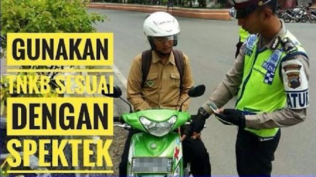 Foto Polisi Menilang Ini Viral di Instagram, Netizen Soroti Pelat Nomor Pengendara