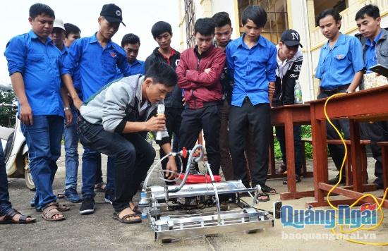 Chàng sinh viên 9x Quảng Ngãi chế tạo máy gieo hạt tự động