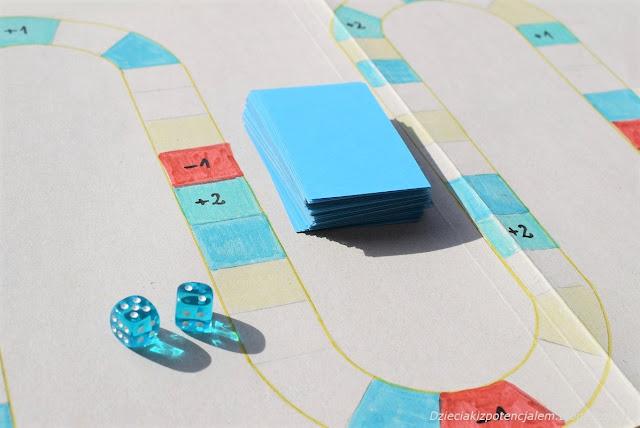 gra planszowa diy dla dzieci w której dzieci odpowiadają na pytania i wykonują zadania