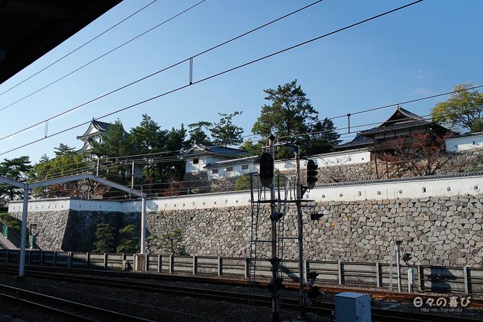 Mur d'enceinte du château depuis la voie ferrée, gare de Fukuyama, Hiroshima-ken