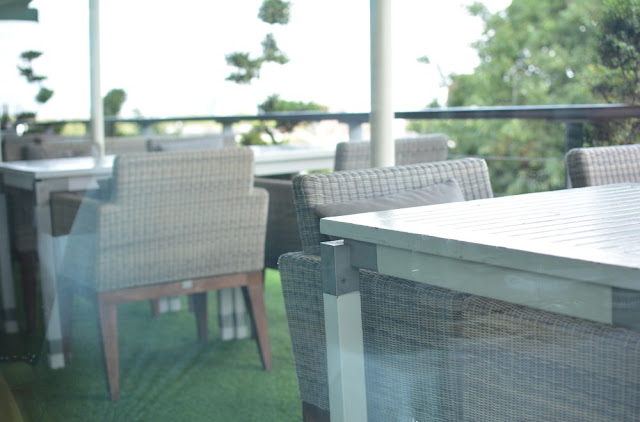 Kensington roof gardens, Review, Babylon restaurant, Balcony seating area