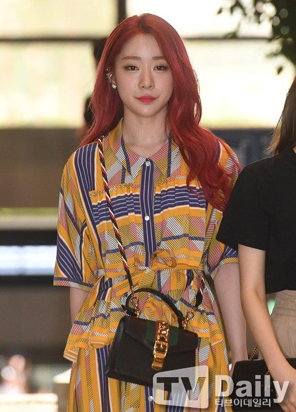 Yeonjung من Cosmic girls جميلة في المطار إلى اليابان