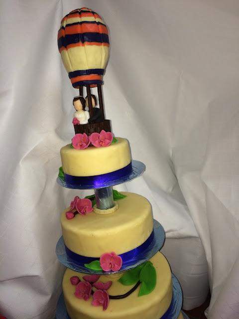 Hochzeitstorte mit Heißluftballon - Deutsch-indische Hochzeit im Riessersee Hotel Garmisch-Partenkirchen, Bayern, Navy Blue, Weiß, Fuchsia, Vintage, Schmetterlinge, Ballons - #deutsch-indische Hochzeit #Riessersee Hotel #heiraten in Bayern #Hochzeit in Garmisch