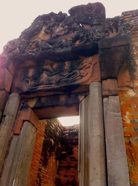 Visiting the Prasat Puay Noi in Pueai Noi
