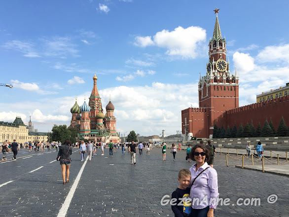 Oğlumla Kızıl meydanda Aziz Vasili katedrali ve Kremlin sarayının saat kulesi önünde, Moskova
