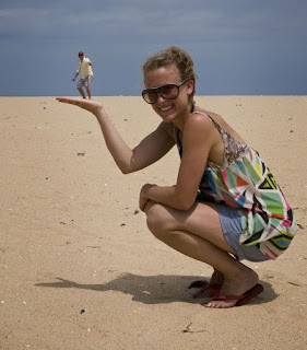 Perspectiva, foto de mujer sosteniendo en su mano a un hombre
