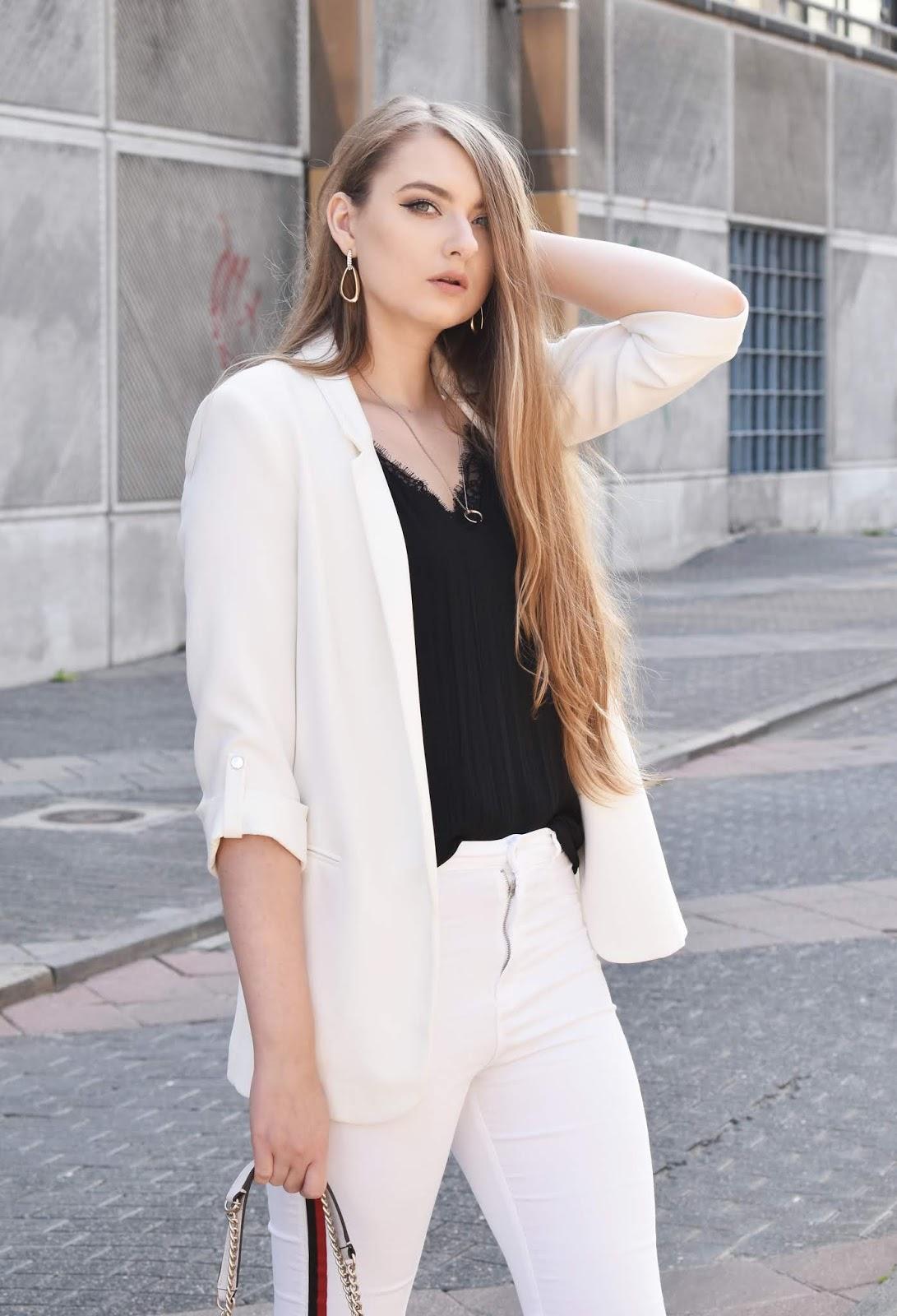 Białe jeansy - jak je nosić