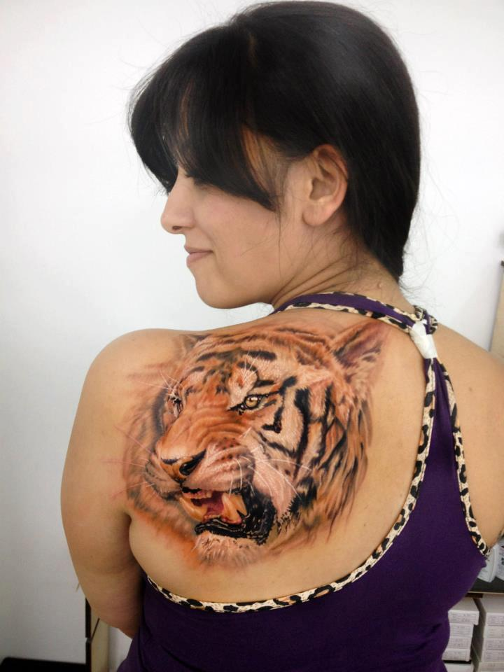 chica con tatuaje de tigre en la espalda