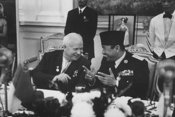 Kisah Kecerdikan Bung Karno Manfaatkan Soviet dan Amerika