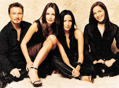 Foto de The Corrs vestidos de negro